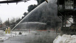 Целую неделю тушили возгорание после взрыва на омском заводе-wpid-998469837
